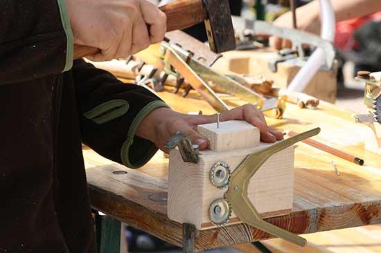 Wir bearbeiten Holz beim Ferienprogramm in Meldorf