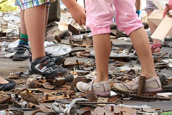 Die Kinder suchen Material für ihre Figuren
