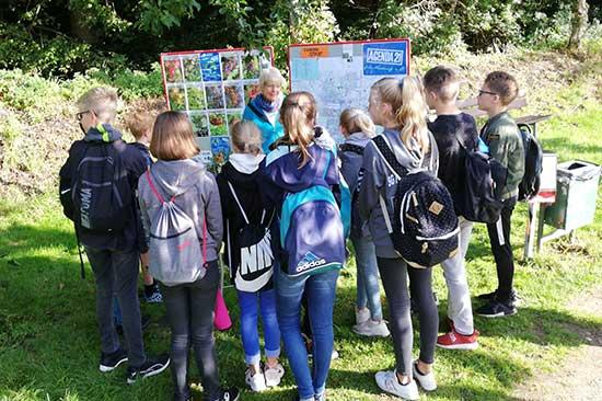 Die Kinder entdecken den Naturlehrpfad