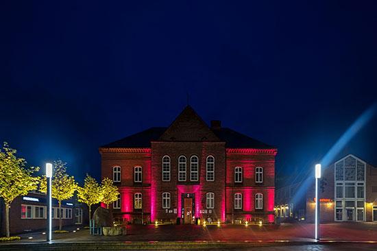 Schön beleutetes Rathaus in Meldorf